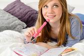 κορίτσι έφηβος αφηρημάδα γράφοντας για εφημερίδα her — Φωτογραφία Αρχείου