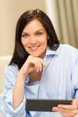 Donna sorridente fiduciosa con tavoletta digitale — Foto Stock