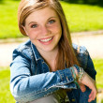 Joyful young girl enjoying sunshine outdoors — Stock Photo