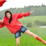 在雨中嬉戏快乐的女孩 — 图库照片