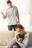 Madre di proteggere sua figlia dal padre arrabbiato — Foto Stock
