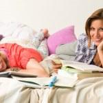 Chicas caucásicas estudiando en casa — Foto de Stock