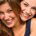 cerrar retratos de hermosas chicas abrazos — Foto de Stock
