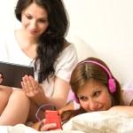 przyjaciółmi, słuchanie muzyki, czytanie w godzinach popołudniowych — Zdjęcie stockowe