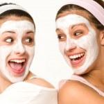 wesoły dziewczyny o twarzy maskę i śmiejąc się — Zdjęcie stockowe
