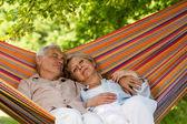 Senior par descansar durmiendo en hamaca — Foto de Stock