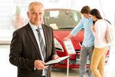Porträtt av säljare i bil butik — Stockfoto