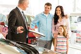推销员向家庭提供一辆车 — 图库照片