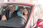Glad par titta runt i ny bil — Stockfoto