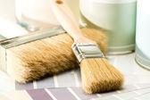 Suministros de pintura pincel, can y swatch — Foto de Stock