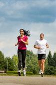 Bir yarış park'ta çalışan iki arkadaş — Stok fotoğraf