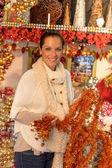 Gelukkige vrouw winkelen klatergoud ornamenten van kerstmis — Stockfoto