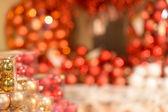 Czerwone ozdoby świąteczne, błyszczące tło — Zdjęcie stockowe