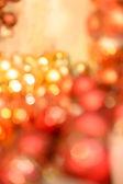 闪闪发光的背景红色和金色圣诞灯泡 — 图库照片