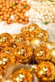 Třpytivé zlaté vánoční koule dekorace — Stock fotografie