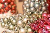 Třpytivé stříbrné a růžové vánoční ozdoby — Stock fotografie