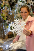 Femme achat boutique ornement de noël flocon de neige — Photo