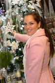 Jeune femme shopping décorations de noël dans le manteau — Photo