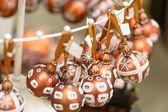 挂着闪闪发光的圣诞装饰灯泡 — 图库照片
