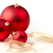 Red Christmas baubles & gold ribbons — Stockfoto