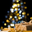 Christmas tree and wrapped presents with label — ストック写真