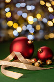 Red Christmas baubles & gold jingle bells — Stockfoto