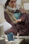 Mulher doente no quarto com comprimidos de gripe — Foto Stock