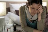 Mujer enferma con medicamentos sufren dolor de cabeza de gripe — Stockfoto