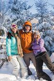 Três amigos desfrutar de montanhas de férias de inverno de neve — Fotografia Stock