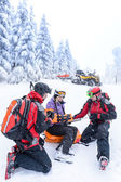 Ski patrol team rescue woman broken arm — Stock Photo