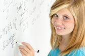 Student tienermeisje schrijven wiskunde wit bord — Stockfoto