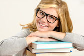 快乐的女生与一摞书 — 图库照片