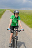 Woman riding bike on cycling path meadow — Foto de Stock