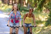 Iki genç kız Bisiklet — Stok fotoğraf