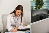 Podnikatelka psaní na stůl女商人向后弯腰把文件夹给同事 — Stock fotografie