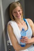 Frau in der umkleide im fitness-studio — Stockfoto