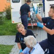 Emergency team treating patient on street — Stock Photo