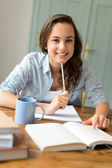 Teenage girl studying at home — Stockfoto
