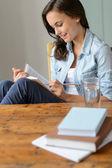 Libro de lectura del estudiante en casa — Foto de Stock
