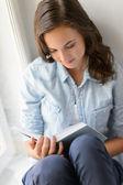 Libro de lectura adolescente — Foto de Stock