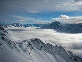 Nebel im tal in den alpen — Stockfoto