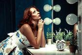 Sexy bella y joven mujer cerca de un espejo — Foto de Stock