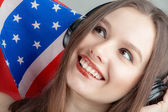 смеясь брюнетка на фоне американского флага — Стоковое фото