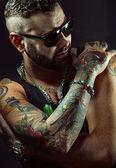 Tattooed man in sunglasses — Stock Photo