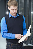 Student reading sentences from book to remember — Stock Photo