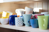 Mugs on shelf are clean and dry — 图库照片