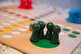 Zobacz w tabeli gra z zielony przyciski — Zdjęcie stockowe