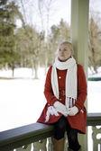 Kırmızı ceket sınırında hayal kadın — Stok fotoğraf