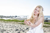 Young woman hold clam at her hands — Stock Photo