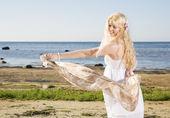 женщина играет с легкий шарф на пляже — Стоковое фото